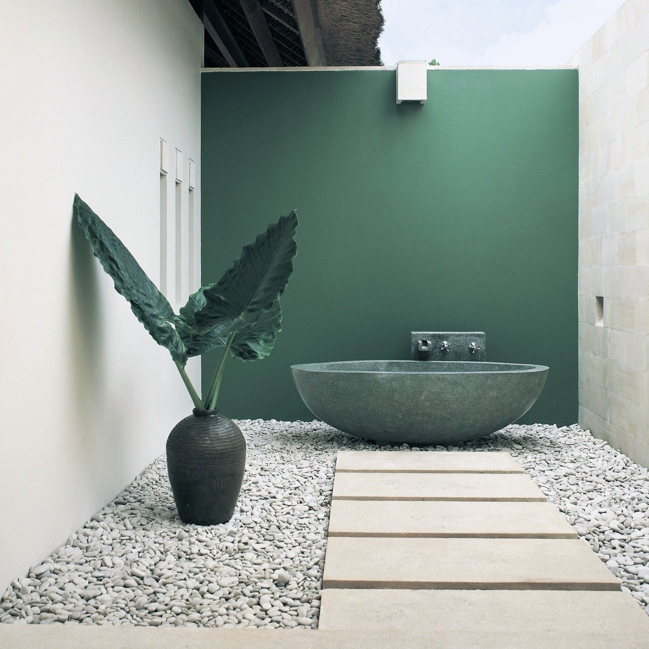 A summer outdoor bathroom: the luxurious way to cool off